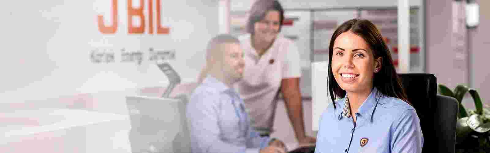 Isabella på J BIL välkomnar kunder till bil och bilservice
